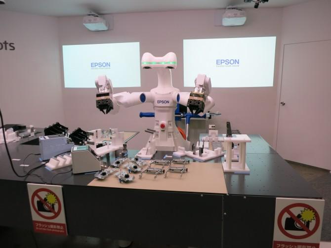 엡손에서 개발한 양팔형 산업용 로봇. 서비스로봇 기술을 산업용 로봇에 재접목해 복잡한 작업도 거뜬히 해낸다. 두 팔과 두 눈으로 3차원 영상을 인식하고 손처럼 접촉력도 인식할 수 있다. - 박종오 전남대 로봇연구소장 제공 제공